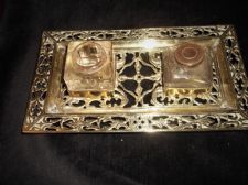 ANTIQUE ORNATE PIERCED DESIGN CAST BRASS DESK TIDY ODDSIZE DOUBLE GLASS INKWELLS